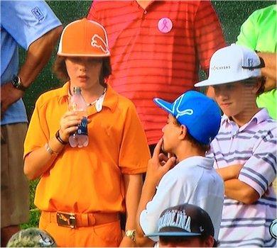 與 Rickie Fowler 穿著一模一樣的小孩