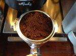 """未""""整理""""過在濾器裡(Portafilter Basket)的咖啡粉粒."""