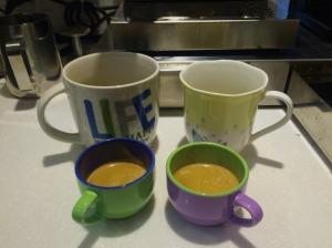 淬取後的兩杯雙份 (double shot) 的義大利式濃咖啡 espresso。