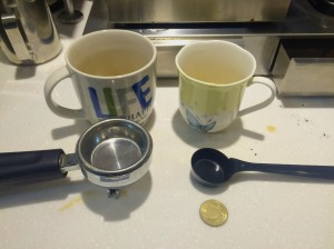 """圖中右下的一枚50元台幣用於作各種""""咖啡設備""""的大小比較。 大馬克杯,中馬克杯,espresoo 過濾器,咖啡匙。"""