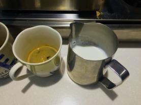 三倍奶泡加入到杯裡的 espresso 製成拿鐵。